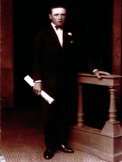Francisco Hillcoat con el titulo secundario