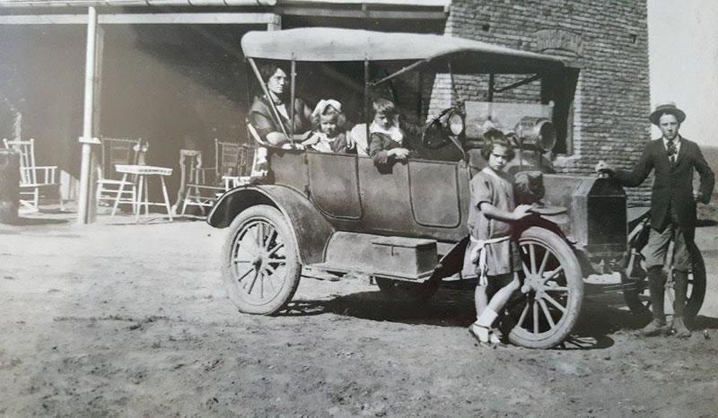 Cecilia Hillcoat junto a sus hijos