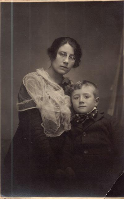 Francisco Hillcoat junto a su hermana.