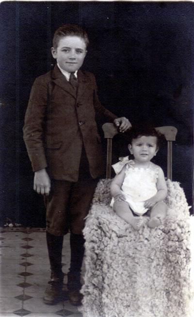 Francisco Hillcoat junto a un bebé.